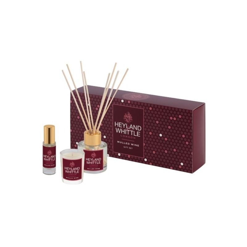 Kvapų namams rinkinys Heyland & Whittle Mulled Wine Fragrance Gift Box HW687, rinkinį sudaro: aromatinė žvakė, purškiamas kvapas namams, 13 ml, ir kvapas namams su lazdelėmis, 50 ml